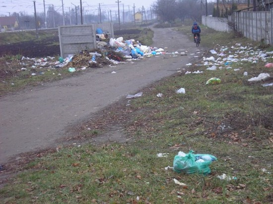 сміття біля майданчика