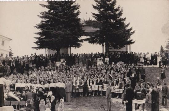 Арка в парку біля теперішнього інтернату Концерт (1)